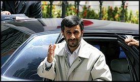 RESEPEKTERER PAVEN: Mahmoud Ahmadinejad har merket seg at paven endret utalelsen sin, her fra statsbesøket i Venezuela. Foto: AFP