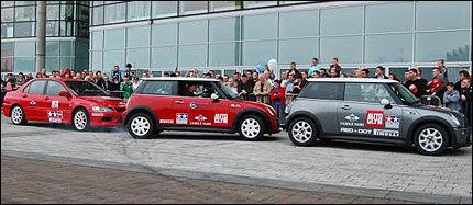 REKORDHOLDER: Russ Swift, her på vei inn i en luke med en finjustert brekksladd i 2006, er mangeårig Guinnessrekord-holder i lukeparkering. Kanskje vil damene nå ta opp kampen? Foto: Russ Swift Precision Driving Services.