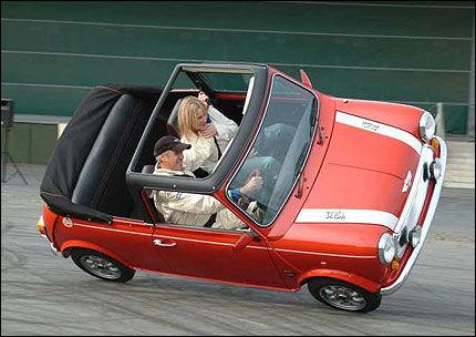 PÅ TO HJUL I SVINGEN: Russ Swift kan mer enn å lukeparkere. I showene sine kjører han på to hjul. Foto: Russ Swift Precision Driving Services.