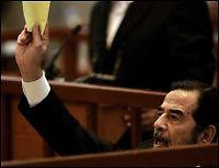 Saddam kastet ut av rettssalen