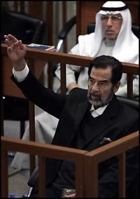 Saddam kastet på dør - igjen!
