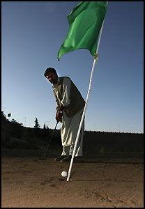 GREEN: På Kabul Golf Club er greenen alt annet enn grønn. Blandingen av sand og motorolje gjør putten vanskelig selv for Afghanistans eneste pro, muhammed Afzal Abdul (47). Foto: Rune Thomas Ege.