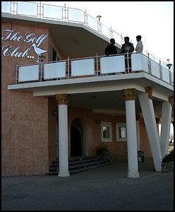 HERSKAPELIG: Klubbhuseteller i alle fall fasaden, på klubbhuset til Kabul Golf Club står i sterk kontrast til det meste av bebyggelsen i den afghanske hovedstaden. Foto: Rune Thomas Ege