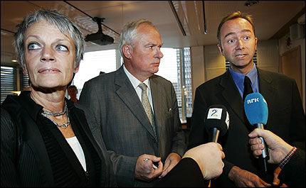 VIL FJERNE: Kulturminister Trond Giske ser helst at Geir Lundestad takker for seg som styreleder i Fredssenteret. Til venstre direktør Bente Erichsen. Foto: Scanpix. Foto: