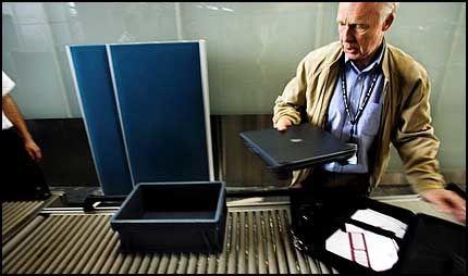 SJEKK: Informasjonssjef Jo Kobro i sikkerhetssjekkn på Gardermoen. Foto: Trond Sørås Foto: