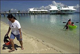 PARADIS: Bryggehus på Dos Palmas i Palawan-provinsen på Filippinene. Foto: AP