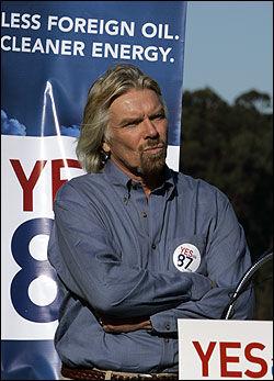 ANDRE GENERASJON: - I fremtiden får vi bio-drivstoff basert på cellulose, sier Sir Richard Branson. Foto: AP.