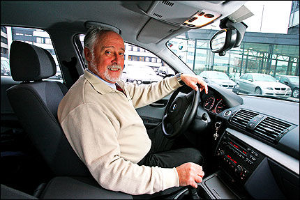 BIO-FREMTID: - En rekke biobiler er på vei inn i markedet, sier Finn Tandberg. Innen 2009 skal blant annet alle Renaults bensinmotorer kunne kjøre på bio-etanol, Peugeot og Citroën har annonsert at de kommer med etanol-biler, i tillegg til Saab, Ford og Volvo, som stadig utvider antallet etanol-modeller. Foto: Bjørn Aslaksen.