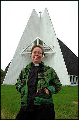 SKAPER STRID: Marie Elisabeth Mjaaland er vikarprest og har splittet menigheten i Øksnes, der mange mener hun som kvinne ikke kan være prest. Foto: Svein Harald Hansen.
