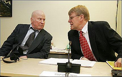 AVGJØRES I DAG: Fredrik Fasting Torgersen (t.v.) og jusprofessor Ståle Eskeland under høringen som ble avholdt av Kommisjonen for gjenopptagelse av straffesaker. Foto: SCANPIX