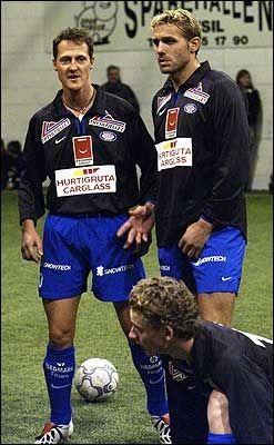 NORGESVENN: Michael Schumacher brukte sin hytte i Trysil flittig, og trente flere ganger med det lokale fotballaget Nybergsund. Han har også deltatt i flere oppvisningskamper i bygda. Her sammen med Håvard Flo i 2003. Foto: Lars Erik Skrefsrud