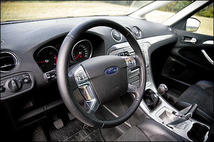 FIN FØRERPLASS: Oversiktlig og grei er førerplassen i Ford S-Max, en bil som også gir god kvalitetsfølelse.