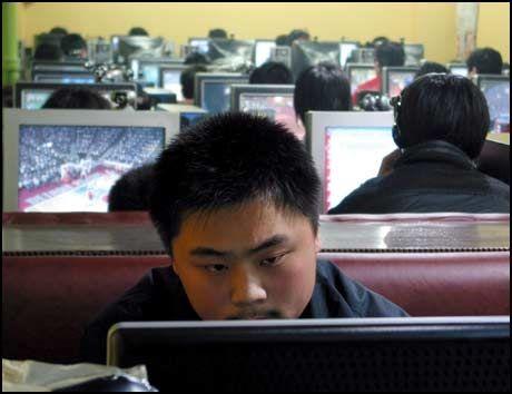 NETTSENSUR: Kinesiske myndigheter har gjort mye for å kneble regjeringskritikere og andre meningsmotstandere på internett. Bildet viser kinesiske nettbrukere på en internettkafé i byen Qingdao i februar i fjor. Foto: WU HONG/EPA