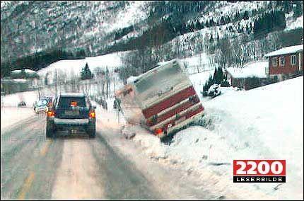 KOLLIDERTE MED PERSONBIL: Denne skolebussen kolliderte med en personbil, en person er hadt skadet etter ulykken. Foto: MMS-tipser