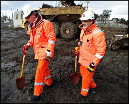 FØRSTE SPADETAK: 16. januar i år var diirektør Bjørn Kåre Viken (t.v.) og prosjektleder Leif Solberg på vei til første symbolske spadetak på Mongstad, på det som skal bli et norsk gasskraftverk med CO2-rensing. Foto: Hallgeir Vågenes