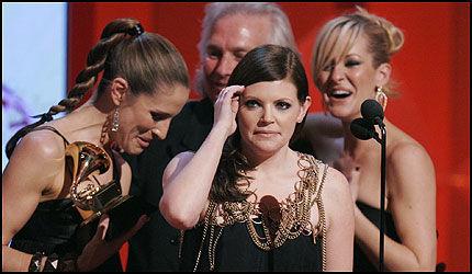 NESTEN VANTRO: Dixie Chicks - f.v: Emily Robison, Natalie Maines og Martie Maguire - her sammen med produsent Rick Rubin. Country-trioen vant hele fem priser i løpet av Grammy-natten. Foto: AP