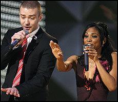 DUETT: Justin Timberlake opptrådte med konkurransevinner Robin Troup. Foto: Reuters