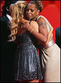 GRÅT AV GLEDE: Mary J. Blige, som vant tre, klemmer prisutdeler Fergie. Foto: AFP
