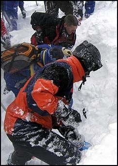 LETER: Østerrikske redningsarbeidere graver etter to svensker tatt av snøras i St Anton. Foto: Reuters
