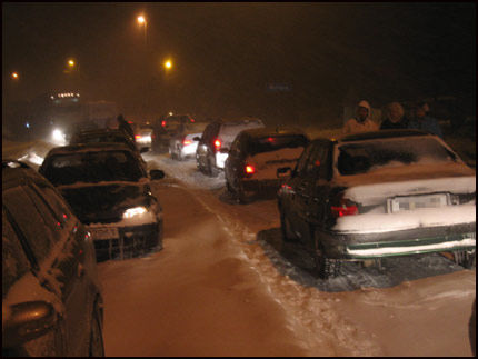 KAOS: Bilene stod i natt bomstille på veien mellom Kristiansand og Grimstad. Foto: VG Nett-leser