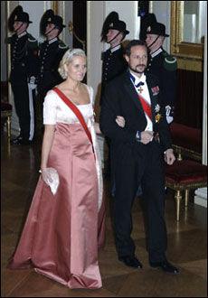 STILSIKKER: Mette-Marits kjole var stilsikker og nydelig. Foto: Scanpix