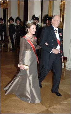 ELEGANT OG STILFULL: Dronning Sonja bar preg av eleganse, mente moteekspert Lisbeth Guldbrandsen. Foto: Scanpix