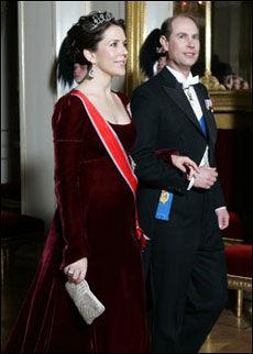 KJØRT «SAFE»: Kronprinsesse Mary av Danmark kjørte en «safe» kjole, trolig fordi hun er gravid. Foto: Scanpix