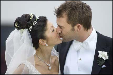 NI GANGER: Grevinne Alexandra var i perlehumør og kysset den nye ektemannen hele ni ganger. Foto: Scanpix