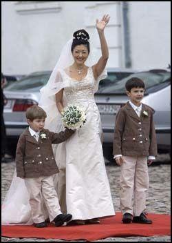 FLOTT: Alexandra var ikledd en champagne-farget kjole med et elegant slør, og de to prinsene matchet moren perfekt i beige dressjakker. Foto: Scanpix