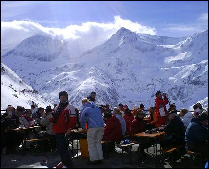 LUNSJ I BAKKEN: Alpinanlegget i Bad Gastein gir deg utrolige naturopplevelser. Anlegget er delt i flere mindre steder, her fra Sportgastein. Foto: Jørgen Lyngvær.