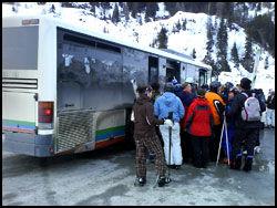 MYE TRANSPORT: Et av minusene med alpinanlegget i Bad Gastein er at de ulike skianleggene ikke er bundet sammen. Dermed kan det bli lange køer på bussetappene mellom anleggene eller hjem til byen. Foto: Jørgen Lyngvær.