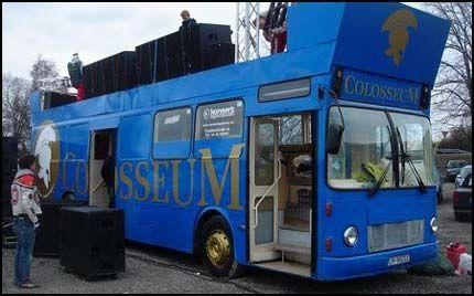 FET BUSS, FET PRIS: 410.000 kroner ble denne russebussen solgt for. Det er 115.000 mer enn den kostet året før. Foto: Privat