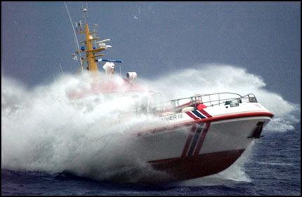 PÅ BØLJAN' BLÅ: Ikke alle takler høy sjøgang. Her er det redningsskøyta Skomvær III som skjærer gjennom bølgene. Foto: TERJE GUSTAVSEN