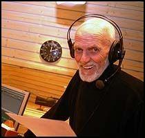 RADIOVERT: Her er Sven O. Høiby under sitt bingoshow på Radio Søgne. Foto: P4