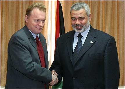 MØTE: Statssekretær Raymond Johansen ble mottatt med åpne armer av statsminister Ismali Haniyeh og den nye palestinske samlingsregjeringen - men avvist av israelerne. Foto: AP