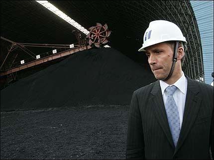 BESØKTE KRAFTVERK: Jens Stoltenberg fikk omvisning på et gigantisk kullkraftverk utenfor Beijing, som produserer strøm til 30 prosent av byens befolkning. Det er mer enn hele Norges befolkning. Foto: SCANPIX
