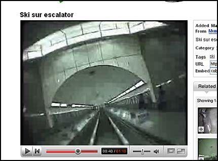 FULL RULLE: Med ski på beina kjører nordmannen ned rulletrappen i høy hastighet. Foto: FAKSIMILE: YouTube