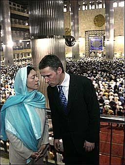RESPEKT: Statsminister Jens Stoltenbergs kone Ingrid Schulerud dekket til hodet slik skikken krever i moskéen. Foto: SCANPIX