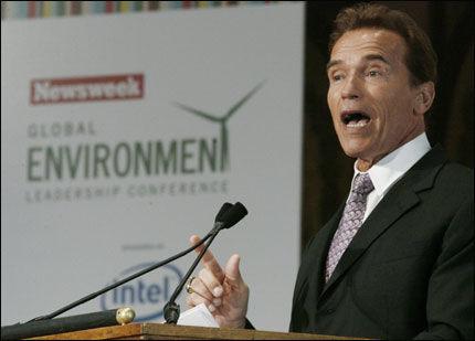 MILJØMUSKEL: Arnold Schwarzenegger tar tak i California for å redusere utslipp. Nå er han invitert til Svalbard for miljø-toppmøte. Foto: Reuters