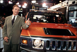 GLAD I BIL: Arnold Schwarzenegger er kjent for sin interesse for Hummer-bilene. Her foran en ny H2 i New York 2001. Foto: AP