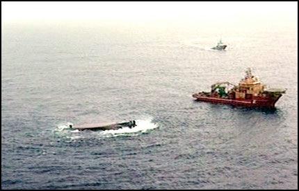 SYNKER: Den havarerte båten «Bourbon Dolphin» er i ferd med å synke ned på 1100 meters dyp. Foto: AP