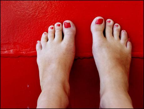 HØYT OPPE: Slitne og hovne føtter trives uten sko og høyt oppe. Foto: Sara Johannesen/SCANPIX