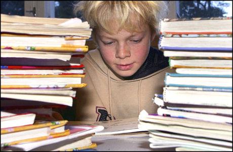MYE HJEMMELEKSER? Gode skoleresultater kan spores langt inn i voksenlivet, mener forskerne. Foto: SCANPIX