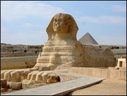 MONUMENTAL: Sfinksen i Giza utenfor Kairo er 20 meter høy og 6 meter bred. Foto: Glefs