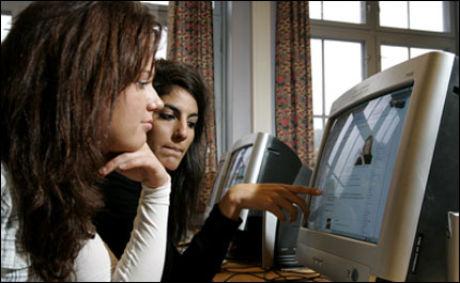 AVHENGIGHETSSKAPENDE: Studenter sitter på Facebook når de egentlig bør lese til eksamen. Foto: Bjørn Sigurdsøn, SCANPIX