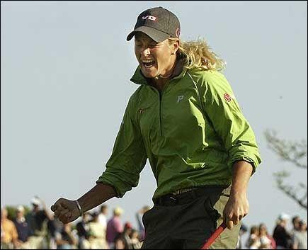JUBLET: Suzann Pettersen brøt ut i et stort seiersbrøl etter å ha senket det avgjørende puten. Foto: AFP