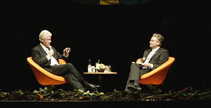 Tidligere president Bill Clinton sammen med fylkesmann Svein Ludvigsen i Tromsøhallen søndag kveld. Foto: Scanpix