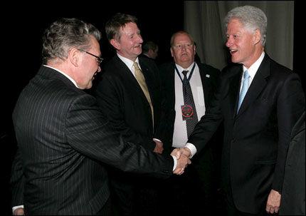 TATT IMOT:Bill Clinton ble tatt imot av tidligere fiskeri og -kystminister Svein Ludvigsen og Tromsø-Ordfører Herman Kristoffersen da han ankom Polarhallen søndag kveld. Foto: EPA