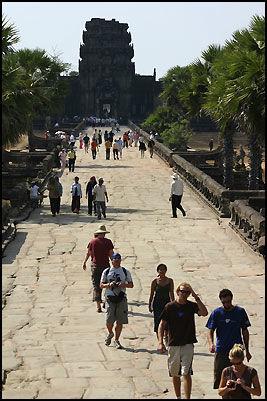 I NABOLAGET: Bare fem kilometer unna det norske gjestehuset ligger de verdenskjente Angkor Wat-templene. Foto: DAG FONBÆK.