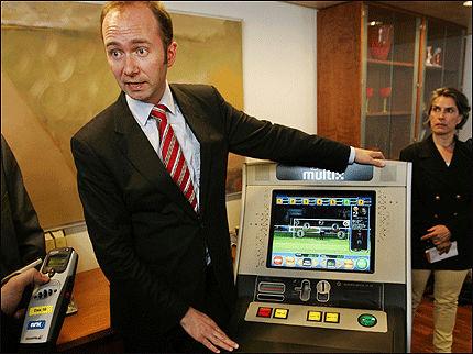 «SNILL» AUTOMAT: Trond Giske presenterte i dag de nye spilleautomatene. Foto: Scanpix